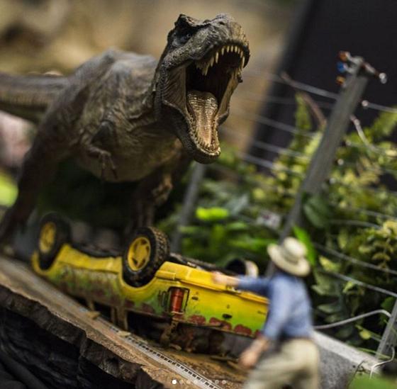A Tyrannosaurus, a Ford Explorer-ek és a szereplők is egy méretarányban, nagy pontossággal elevenednek meg az Iron Studios standján