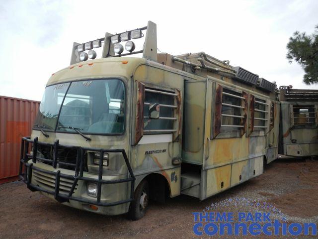 A forgatás után a busz egy Los Angeles melletti telepen kezdett az enyészetté válni
