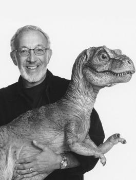 Ezen a képen Az elveszett világ T. rex kölykét dédelgeti.