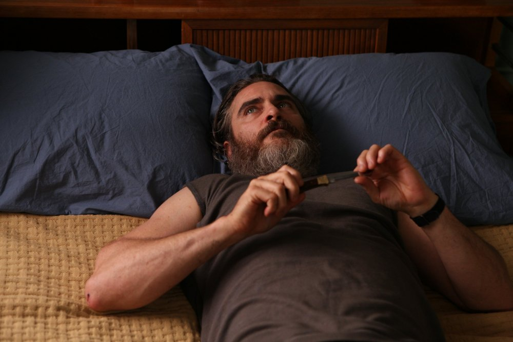 you-were-never-really-here-2017-008-joaquin-phoenix-lying-on-bed-with-knife.jpg