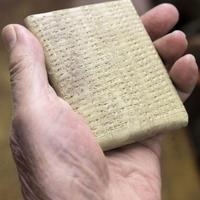 Majdnem 100 évig készült, darabját 250 000 forintért árulják. Mi az? Asszír szótár
