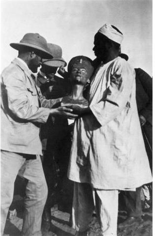 Discovery of the Nefertiti bust in the Egyptian desert in 1914.jpg