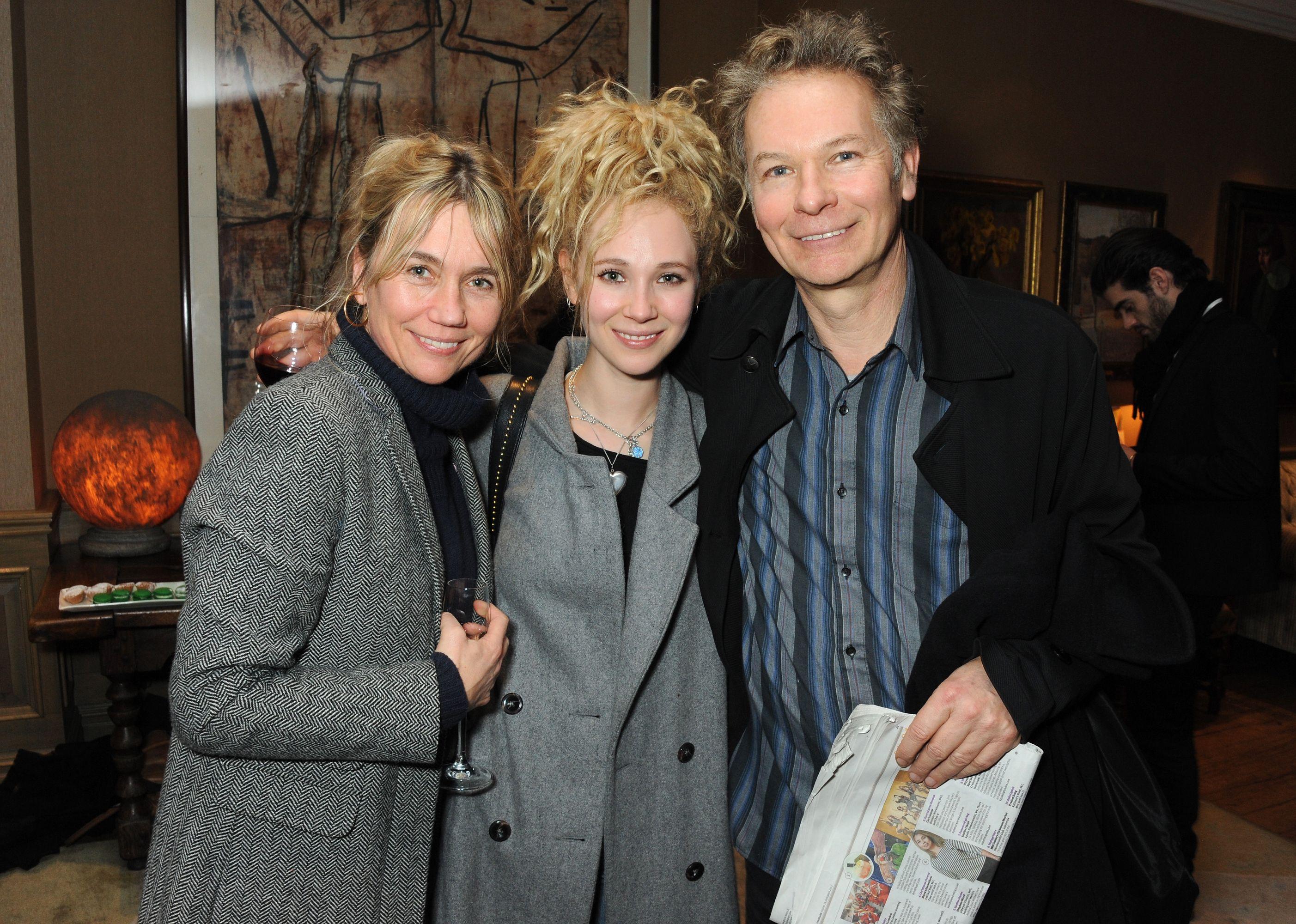 AmericanHustle Juno with her family.jpg