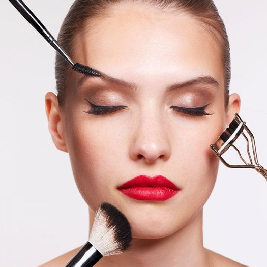 the-right-way-to-put-on-makeup-into-700_1.jpg