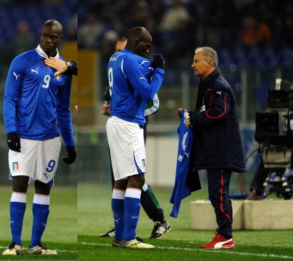 balotelli_came_out_of_halftime_in_italys_old_shirt_told_to_change.jpeg
