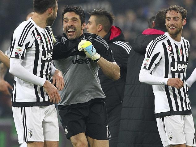 Buffon két lábbal a földön jár