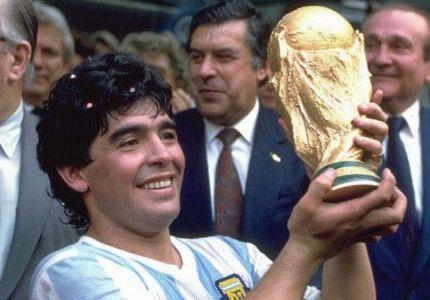 maradona_diego_vb_trofeaval.jpg