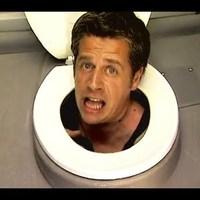 Ember a wc-ülőke alatt!