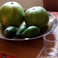 Avokádó-pomela saláta