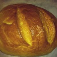 Házi kenyér római tálban