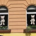 A lebukott a részeg  és az anya, avagy medvék az ablakban