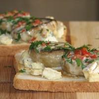 Gomba kék-fehér sajtos kenyéren