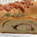 Sajtos szalámis kenyér egybe sütve