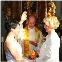 Egy osztrák pap megáldott egy leszbikus párt