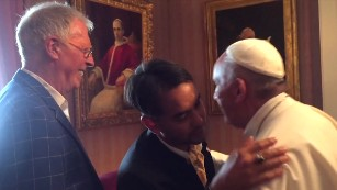 151002162200-02-pope-meets-with-gay-couple-medium-plus-169.jpg
