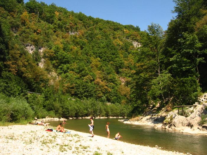 Fürdés a folyóban Mozirje mellett
