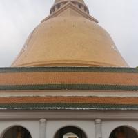 Phra Pathom chedi, Mae Klong vasútpiac, Amphawa úszópiac, és végül a Kwai folyó – avagy mi minden fér bele egy jó hosszú napba?