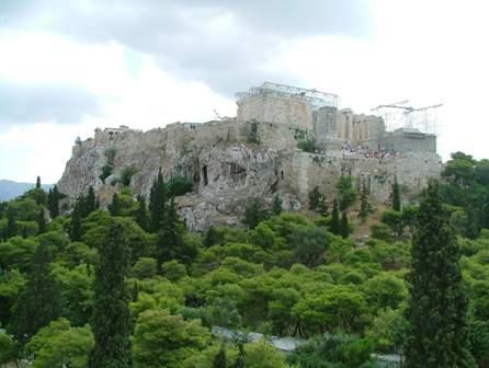 Az athéni Akropolisz környékén is öntözik a parkot és esténként a tenger felől párás szél fuj.jpg
