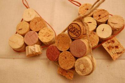 diy-wine-cork-ornaments-shaped-like-christmas-trees.jpg