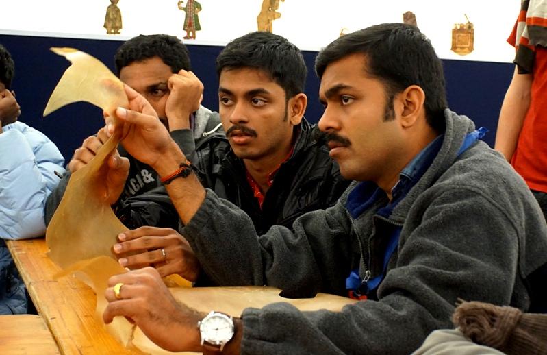 Az indiai társulat a marhabőrt szemléli