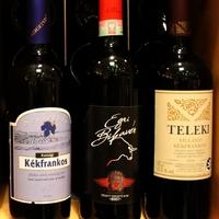 Kommentár nélkül: magyar borok egy német gourmetboltban
