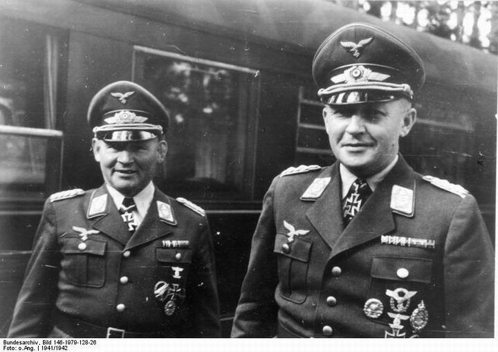blog49 Bundesarchiv_Bild_146-1979-128-26,_Bernhard-Hermann_Ramcke,_Kurt_Student.jpg