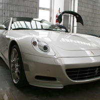 UV-fényben égő Ferrari
