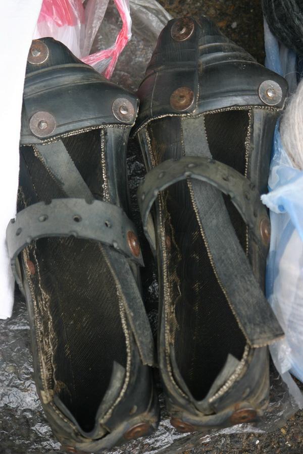 256b85a9d7b3 ... körülbelül 10 éve (mikor utoljára jártam a belényesi piacon) hegyekben  álltak a bocskorkészítő mester standján a különböző méretű autógumi cipők -  még ...