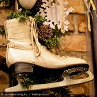 Mit keres a korcsolya az ajtón vagy a fenyőgirlandban?
