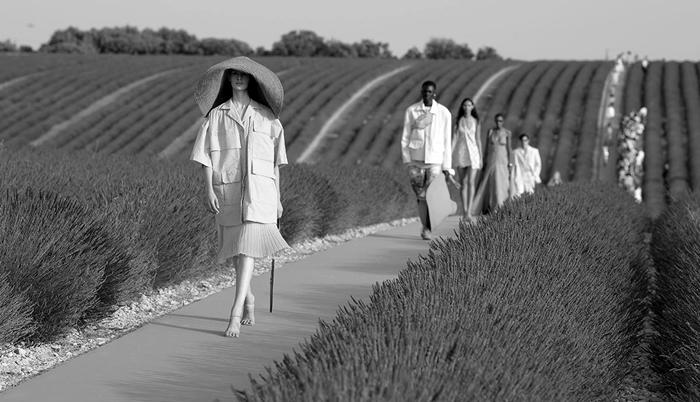 jacquemus-fashion-show-pink-t.jpg