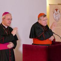 Burke bíboros és Schneider püspök szerint is tisztázni kellene a CIC 844. kánonját