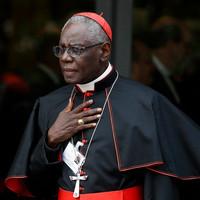 Sarah bíboros: Az Eucharisztia elleni támadások mögött a papok hitéleti válsága áll