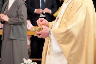 Egy portugál egyházmegye is bevezette az újraházasodottak áldoztatását