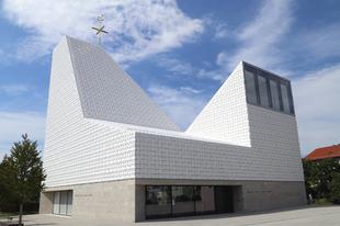 """Építészeti díjat nyert a poingi """"síugrósánc"""" templom"""