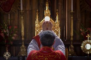Dr. Gruber László: A versus orientem misézési mód jogosultságáról a római rendes rítusban