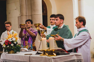 """A """"hős"""" jezsuiták Erdő Péter bíboros atya nyomására elismerték, hogy """"súlyos liturgikus szabálysértés történt"""""""