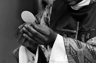 Engedélyezik a német püspökök, hogy katolikus hívek protestáns házastársai áldozhassanak