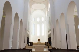 Miért épülnek ma üres, fehér falú templomok?