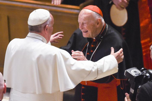 Kitálalt a korábbi pápai nuncius: Ferenc pápa fedezte McCarrick bíboros szexuális visszaéléseit