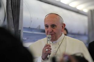 Kikerülte a visszaélések és a McCarrick-Viganò ügy témáját Ferenc pápa a repülőinterjúján