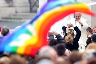 Ferenc pápa: Törvényi elismerést kellene adni a homoszexuális együttéléseknek (FRISSÍTVE)