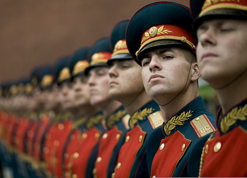 800px-Russian_honor_guard_at_Tomb_of_the_Unknown_Soldier,_Alexander_Garden_welcomes_Michael_G._Mullen_2009-06-26_2.jpg