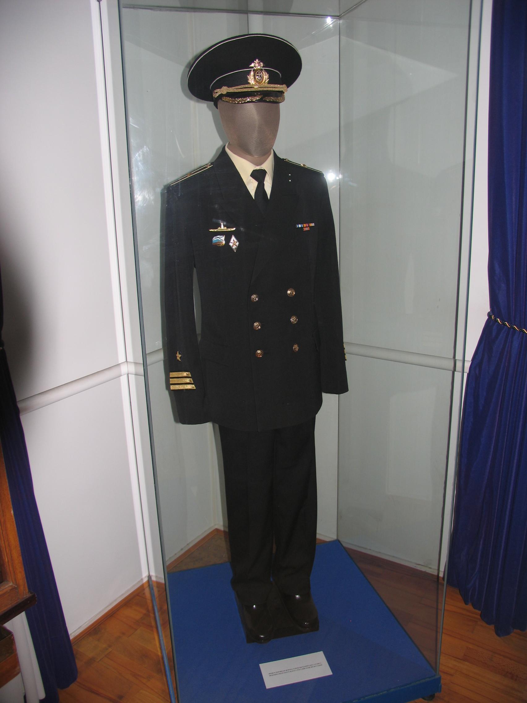 A haditengerészet megtartotta régi tradícióit a zubbonyok terén is. A  haditengerészet összesen 5 öltözetkombinációt ismer időjárástól és  alkalomtól függően feba9846ab