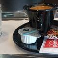 Miért szolgálnak fel sok helyen egy pohár vizet a kávé mellé?