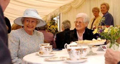 queen elizabeth having tea with UK_pensioners_Nov28 2008.jpg