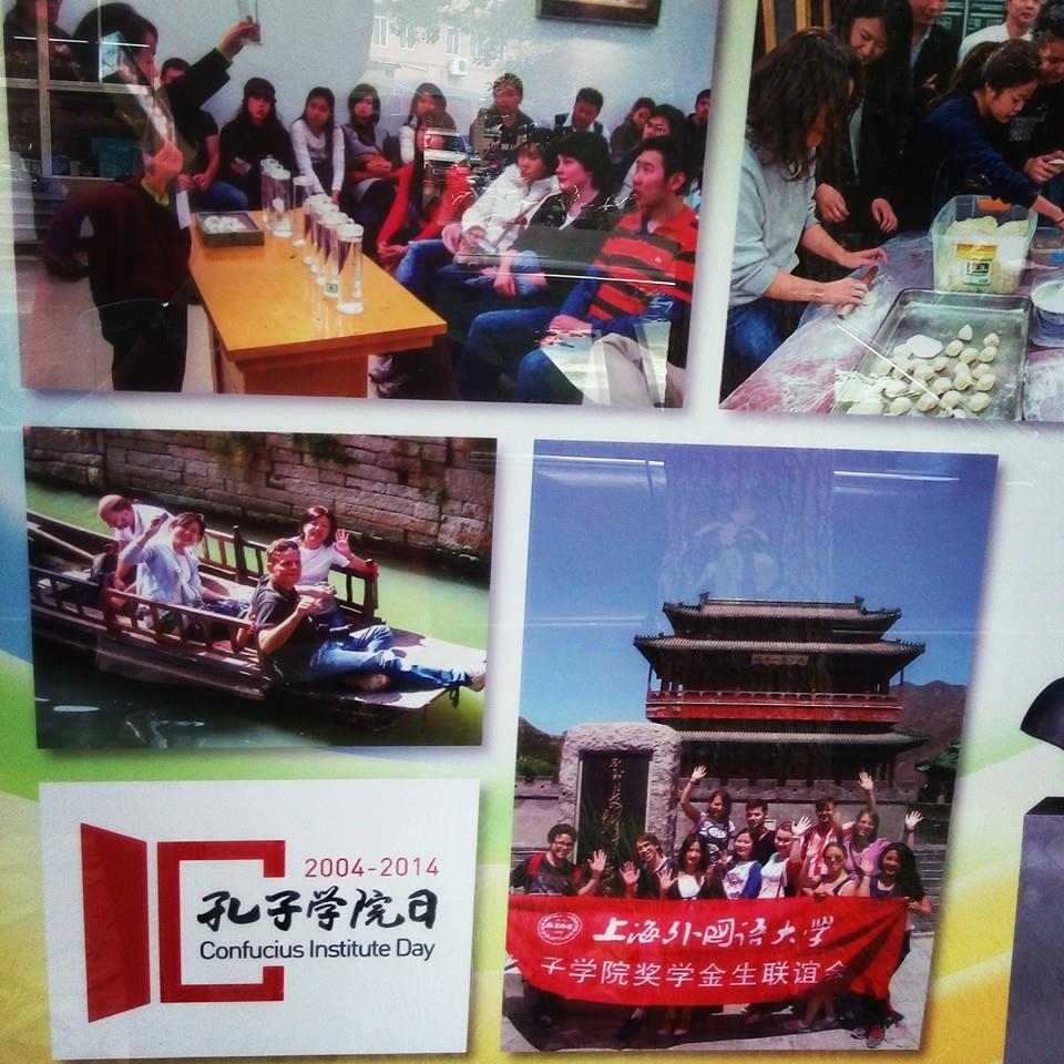 A plakát Shanghaiban: a jobb alsó kép a mi pekingi kirándulásunkon készült, a Nagy Falnál