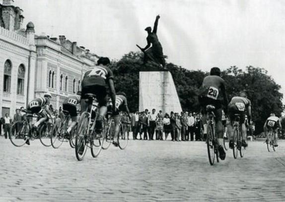 Bicikliversenyzők tolják a szelet a Rákóczi út elején