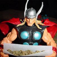 Thor teker egy jointot