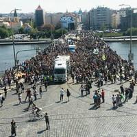 Óriásjoint a prágai kenderfelvonuláson