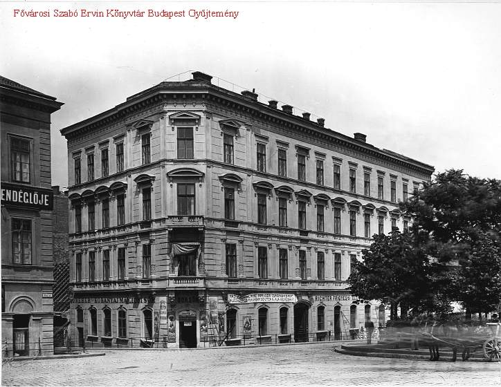A Molnár utca torkolata a Fővám tér felől. Bal oldalt a régi épület a Petrákovits vendéglővel. Forrás: FSZEK